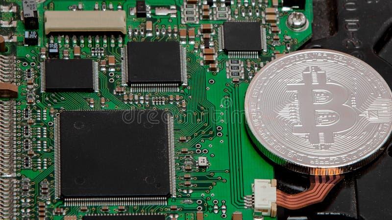 Close-up do bitcoin, placa de circuito do computador com processador do bitcoin e microchip Moeda eletrônica, vira-lata do rypto  fotografia de stock