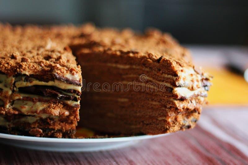 Close up do bolo de mel alto saboroso do chocolate do corte imagens de stock