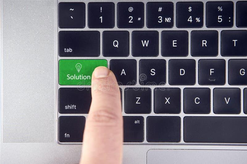 Close up do botão verde da solução no teclado imagens de stock royalty free