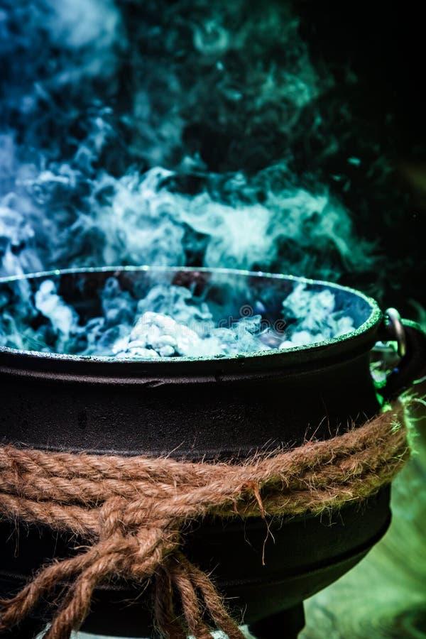 Close up do caldeirão do witcher com a mistura azul para Dia das Bruxas foto de stock