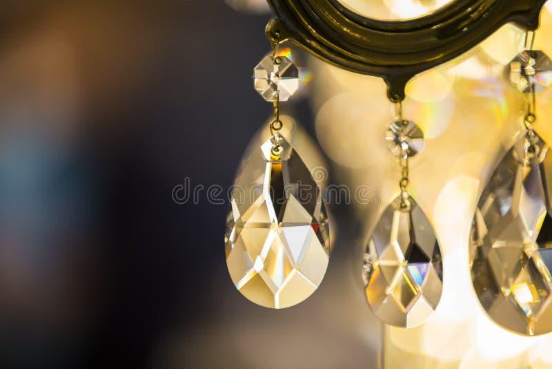Close-up do candelabro de Chrystal Fundo do encanto com espaço da cópia Detalhes de cristal da lâmpada do vintage imagens de stock