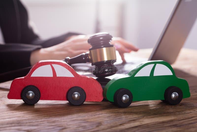 Close-up do carro verde e vermelho na mesa de madeira imagens de stock royalty free