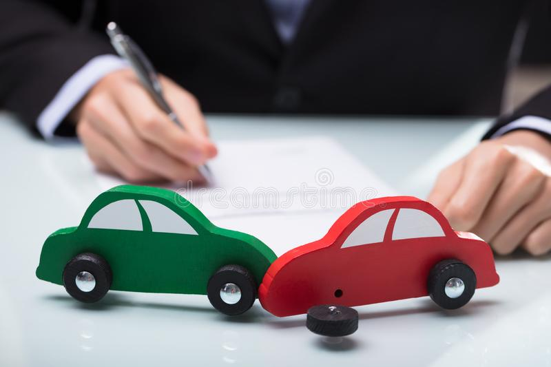 Close-up do carro vermelho e verde imagens de stock royalty free