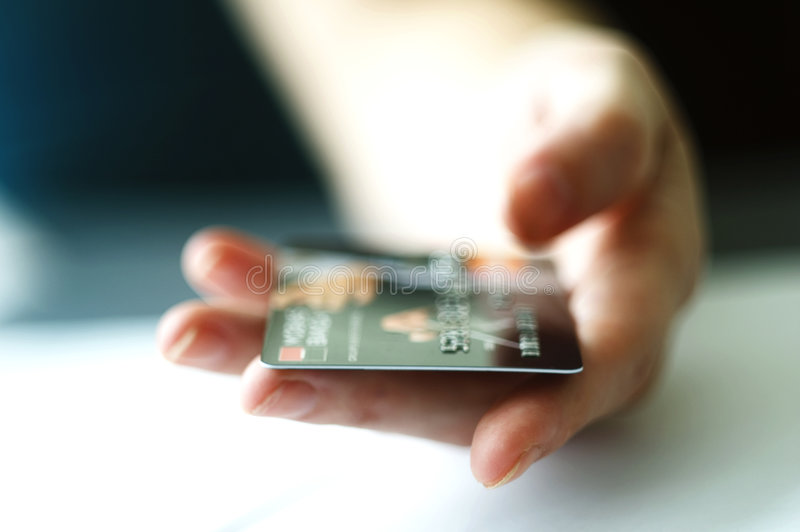 Close up do cartão de crédito da terra arrendada da mão fotos de stock