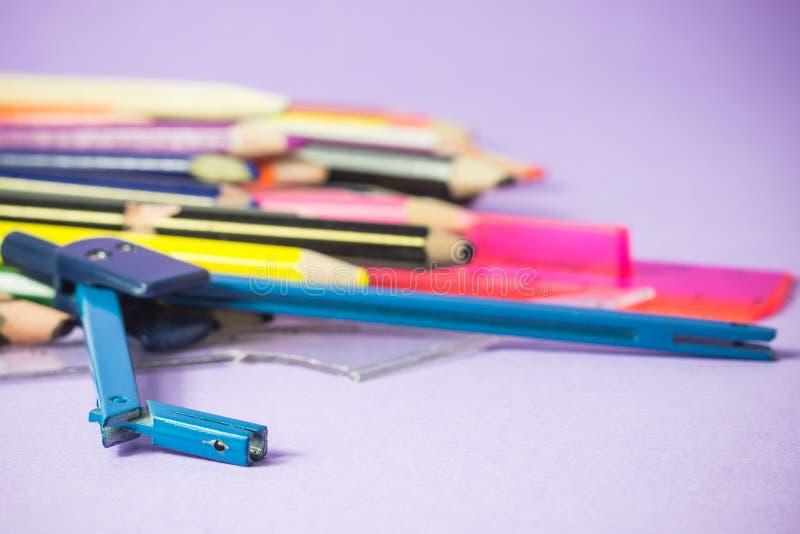 Close-up do compasso quebrado velho em penas coloridas velhas imagens de stock royalty free