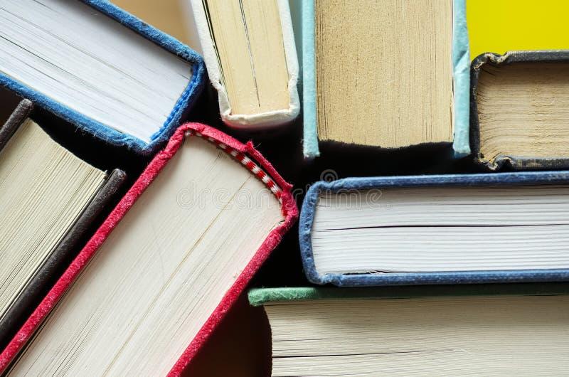 Close up do conceito antigo dos livros educacionais, o acadêmico e o literário imagens de stock royalty free