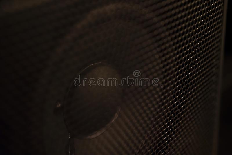Close up do cone do monitor do orador disparado dentro de uma cremalheira foto de stock royalty free