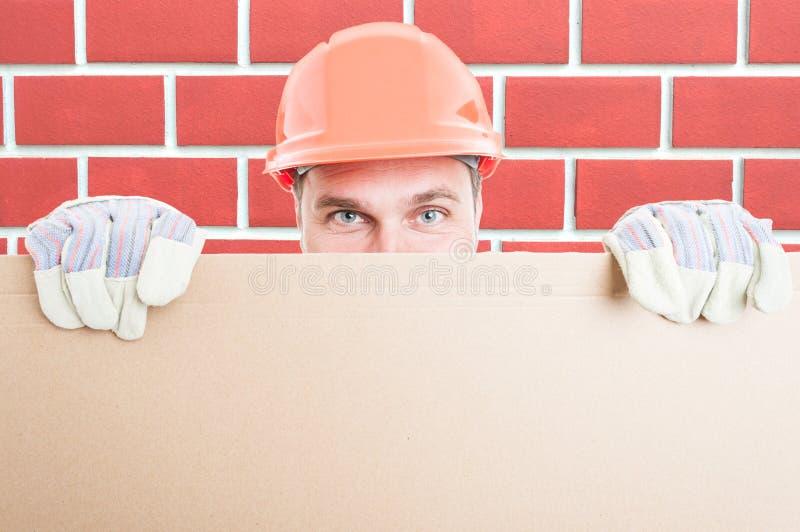 Close up do construtor do homem que guarda o cartaz grande imagem de stock