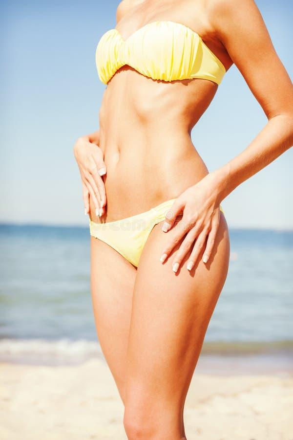 Close up do corpo fêmea no biquini na praia fotografia de stock royalty free