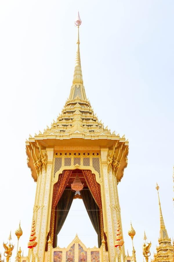 Close up do crematório real bonito do ouro para o rei Bhumibol Adulyadej em Banguecoque no 4 de novembro de 2017 imagens de stock royalty free