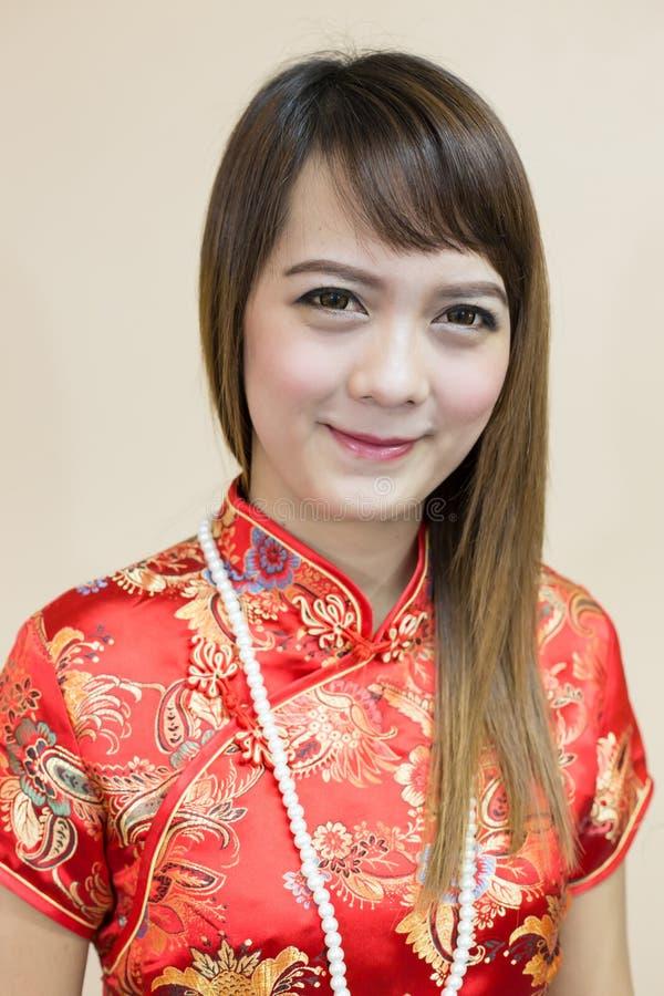 Close up do cumprimento asiático da mulher no chinês tradicional ou do cheongsam com a pérola na celebração chinesa do ano novo imagem de stock royalty free