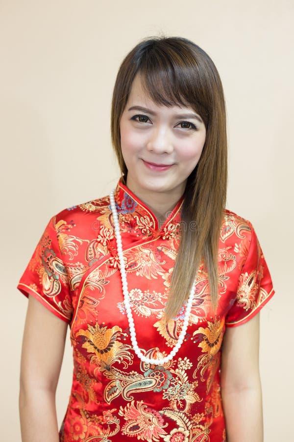 Close up do cumprimento asiático da mulher no chinês tradicional ou do cheongsam com a pérola na celebração chinesa do ano novo foto de stock royalty free