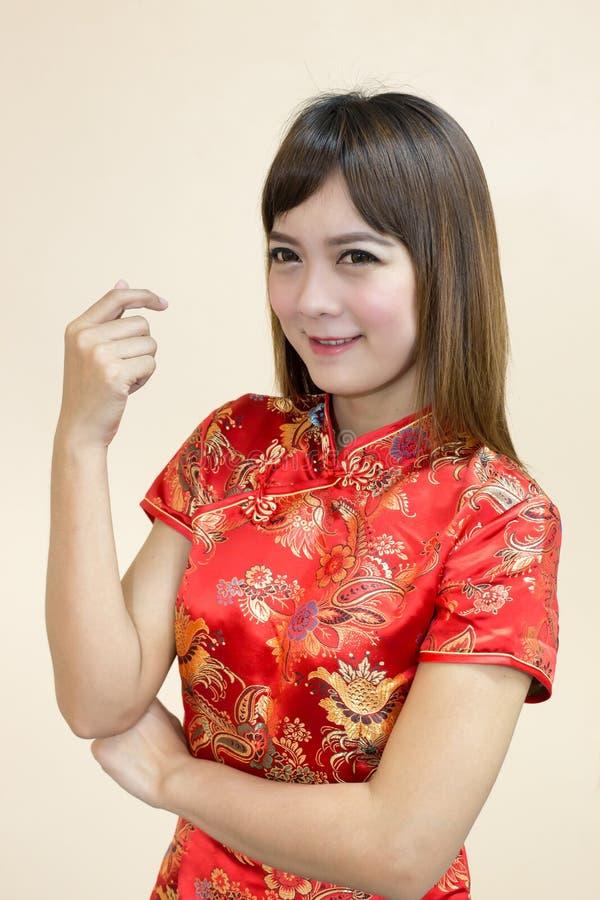 Close up do cumprimento asiático da mulher no chinês tradicional ou do cheongsam na celebração chinesa do ano novo imagens de stock royalty free