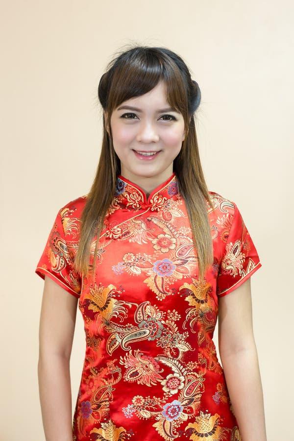 Close up do cumprimento asiático da mulher no chinês tradicional ou do cheongsam na celebração chinesa do ano novo fotografia de stock royalty free