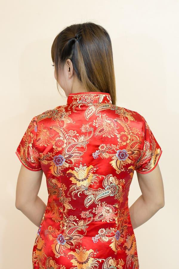 Close up do cumprimento asiático traseiro da mulher no chinês tradicional ou do cheongsam na celebração chinesa do ano novo imagem de stock royalty free