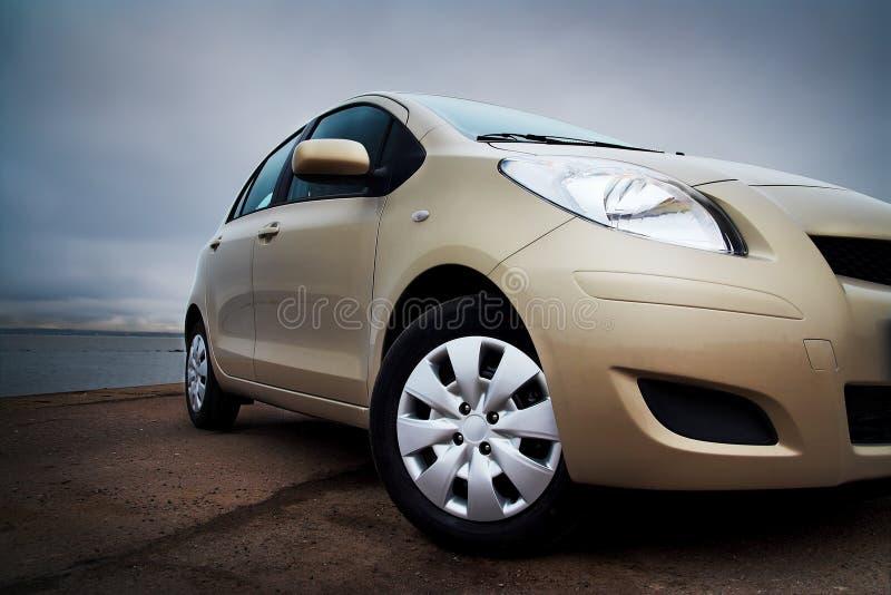 close up do Dianteiro-lado de um carro bege fotografia de stock