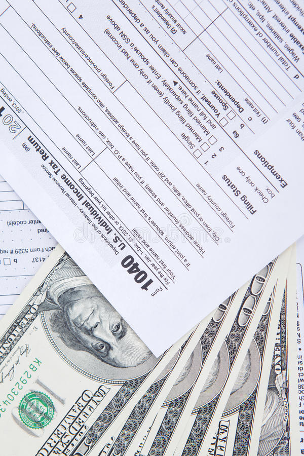 Close up do dinheiro do dinheiro e do formulário de imposto imagem de stock