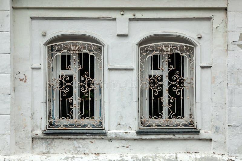 Close-up do duas janelas velhas na casa velha fotografia de stock royalty free