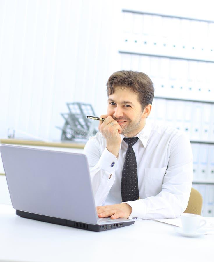 Close up do empregado no escritório fotografia de stock royalty free