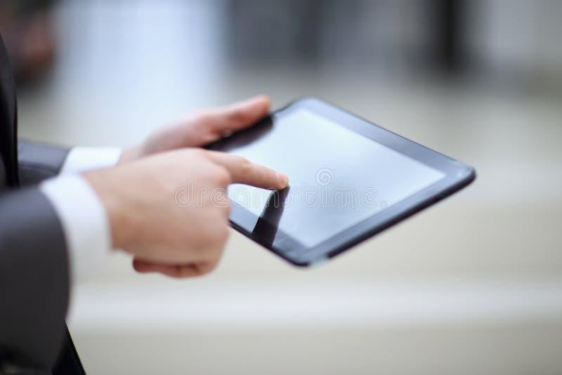 Close-up do empresário Using Digital Tablet com exposição vazia imagem de stock royalty free