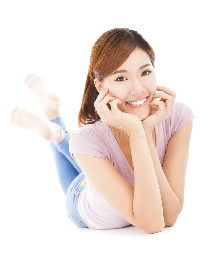 Close up do encontro feliz da jovem mulher propenso no assoalho fotos de stock