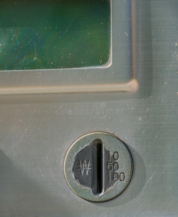 Close up do entalhe de moeda do telefone público velho fotos de stock