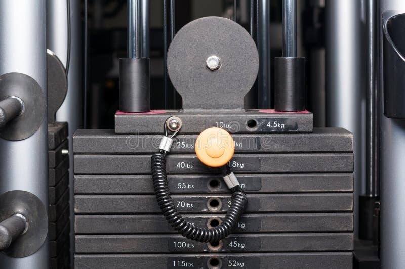 Close up do equipamento da pilha do peso da máquina do halterofilismo foto de stock royalty free