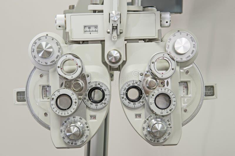 Close up do equipamento médico em uma clínica dos óticos imagem de stock