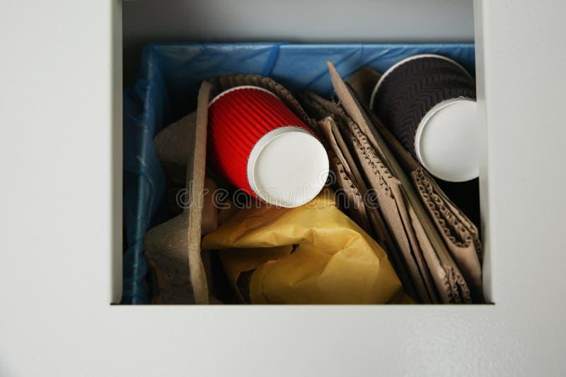 Close up do escaninho do metal com lixo, vista superior fotografia de stock