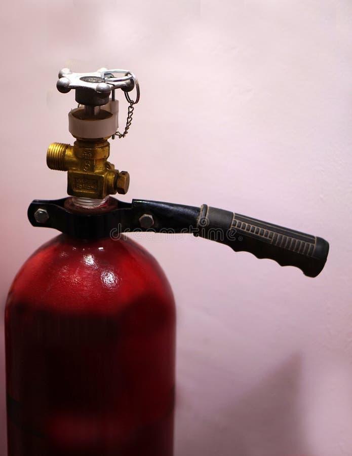 Close up do extintor em um lugar público foto de stock royalty free