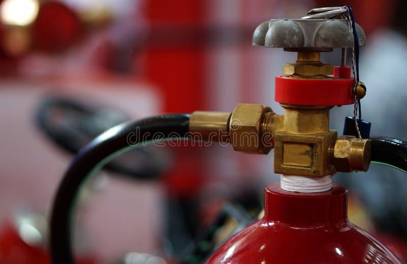 Close up do extintor em um lugar p?blico imagem de stock royalty free
