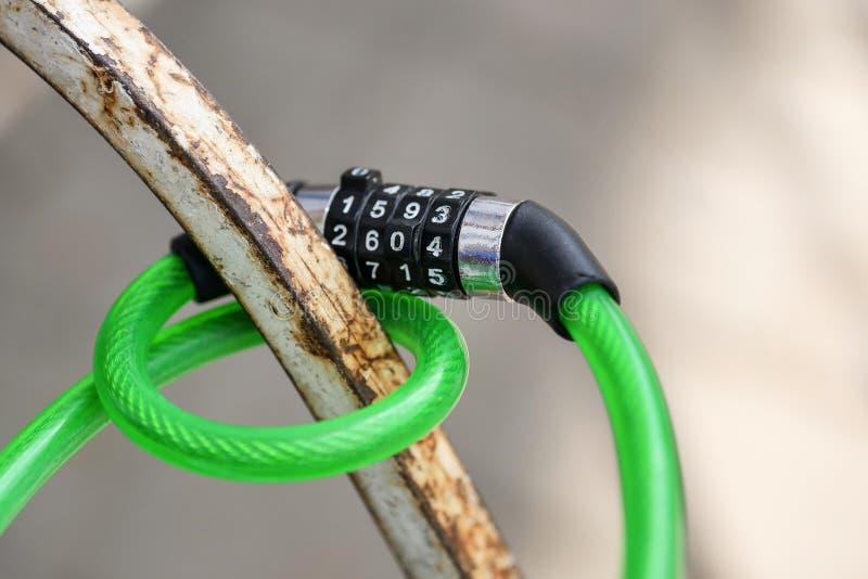 Close-up do fechamento de combina??o da bicicleta imagens de stock royalty free