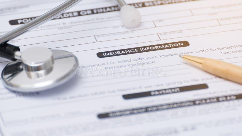 Close-up do formulário, do estetoscópio e da pena do seguro de saúde em um healt imagens de stock royalty free
