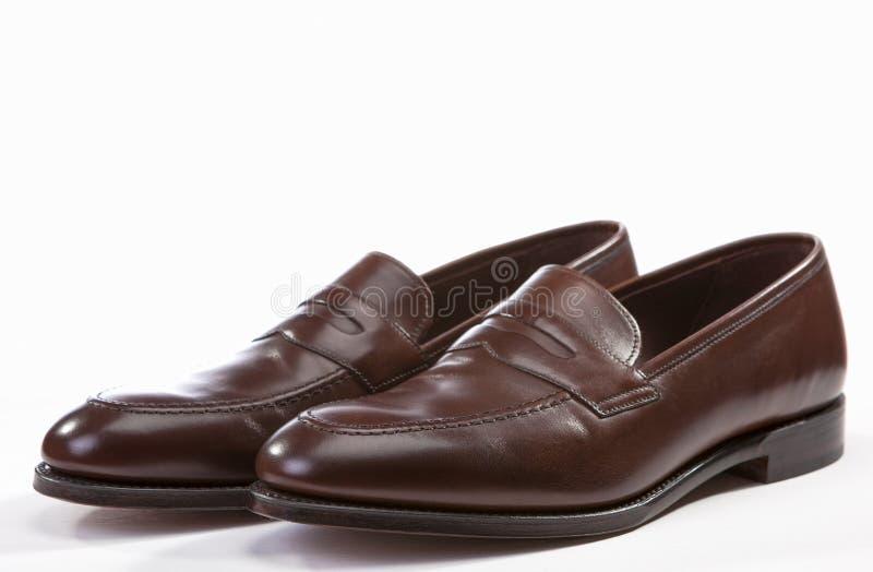 Close up do fundo à moda de couro do branco de Brown Penny Loafer Shoes Together Against fotografia de stock royalty free