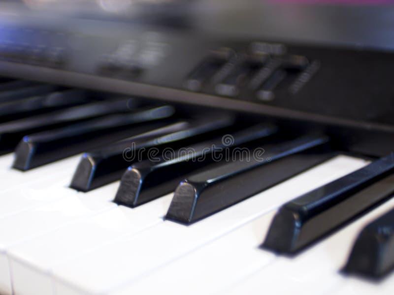 Close-up do fundo abstrato da educação das chaves do piano do teclado fotos de stock royalty free