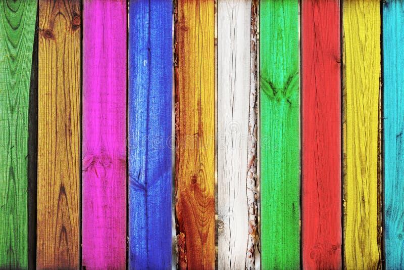 Close-up do fundo de madeira da cerca do carvalho colorido vertical brilhante Contexto criativo da arte Teste padrão colorido rús fotos de stock royalty free