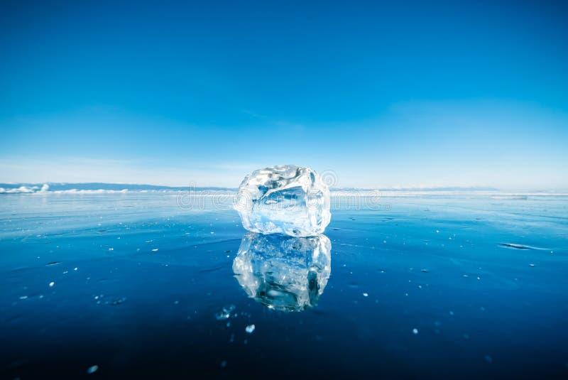 Close-up do gelo de quebra natural na água congelada no Lago Baikal, Sibéria, Rússia foto de stock