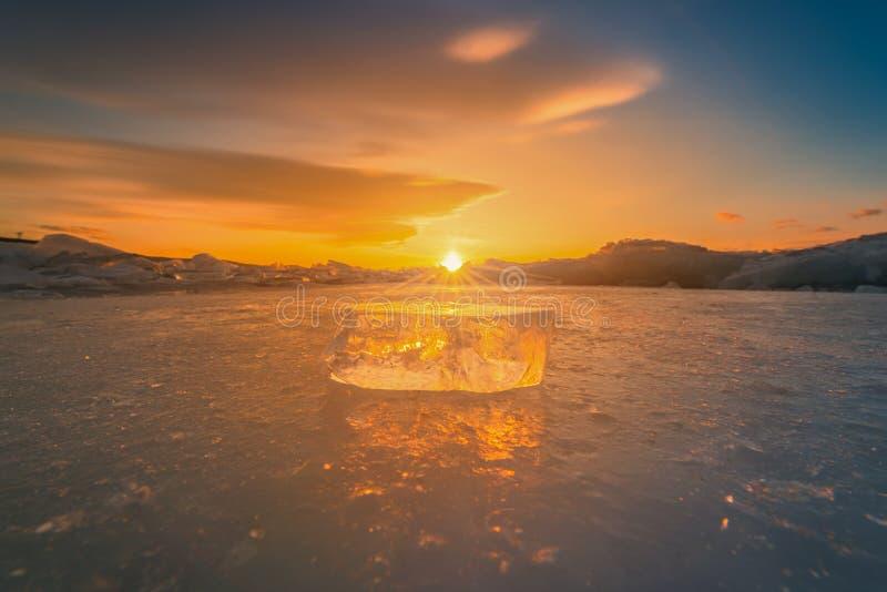 Close-up do gelo de quebra natural na água congelada no por do sol no Lago Baikal, Sibéria, Rússia fotografia de stock royalty free