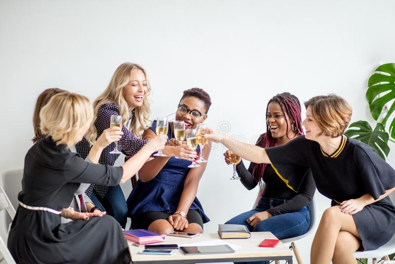 Close-up do grupo de empresários que brindam vidros do champanhe no escritório fotos de stock royalty free
