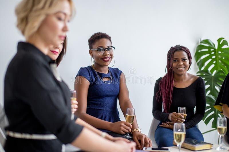Close-up do grupo de empresários que brindam vidros do champanhe no escritório fotografia de stock