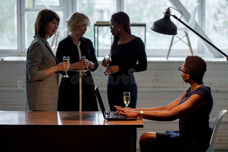 Close-up do grupo de empresários que brindam vidros do champanhe no escritório imagem de stock