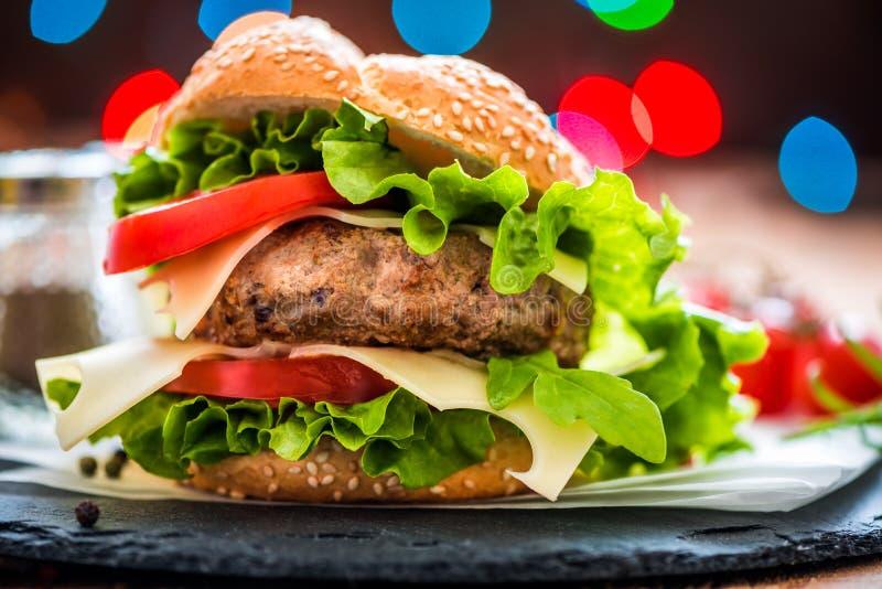 Close up do Hamburger com legumes frescos fotos de stock royalty free