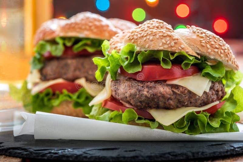 Close up do Hamburger com legumes frescos e bebida imagens de stock royalty free