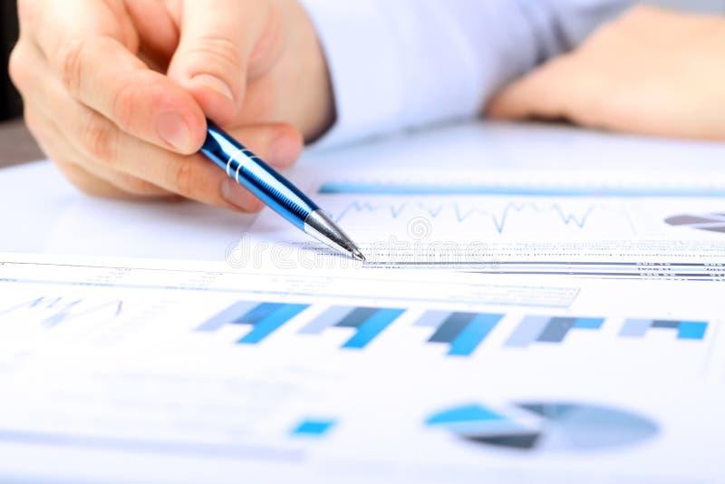 Close-up do homem de negócios Analyzing Graph no escritório foto de stock