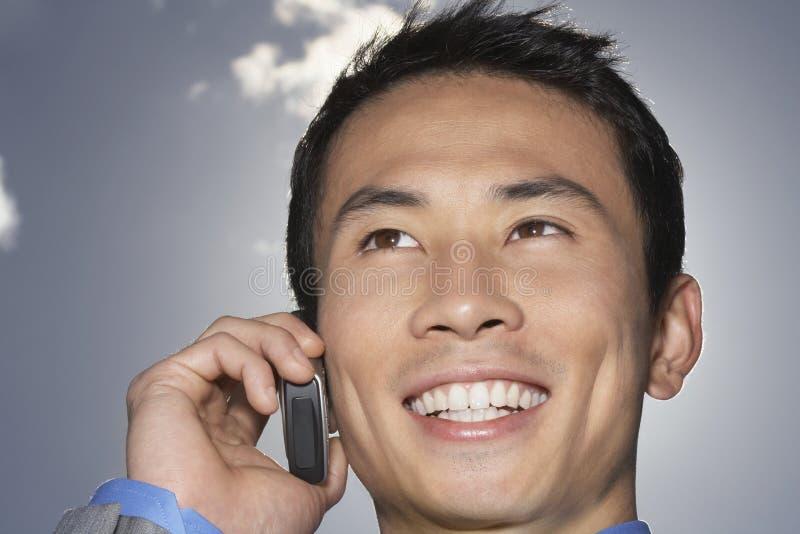 Close up do homem de negócios de sorriso Using Cellphone imagem de stock