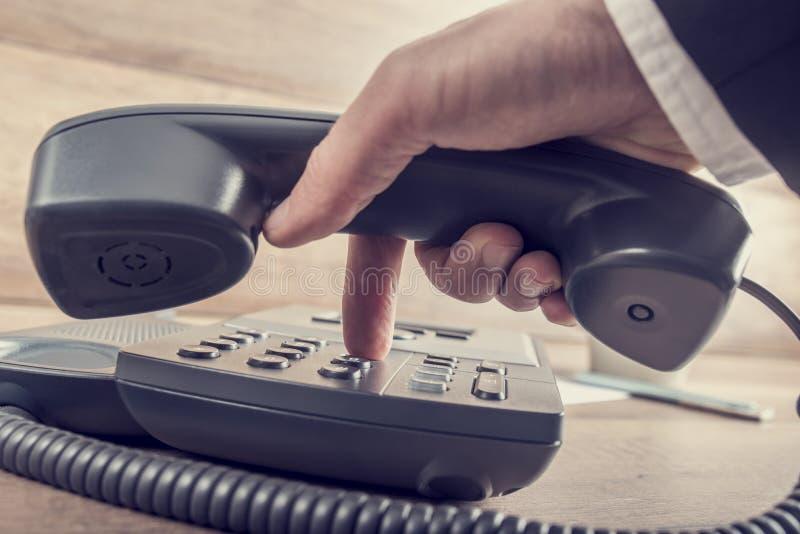 Close up do homem de negócios que faz uma chamada telefônica discando um phon imagens de stock royalty free