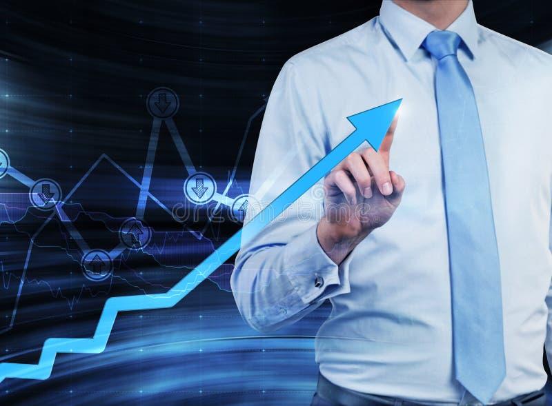 Close-up do homem de negócios que indica a seta crescente, que simboliza o conceito do sucesso imagens de stock
