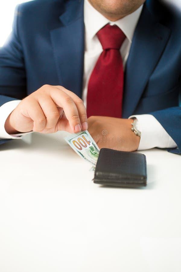 Close up do homem de negócios que rouba o dinheiro da carteira foto de stock royalty free