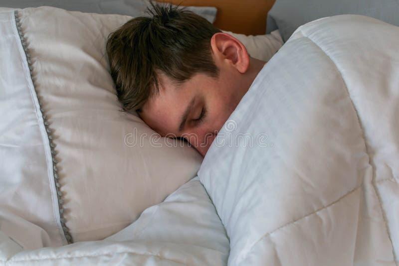 Close up do homem novo de sono imagem de stock royalty free