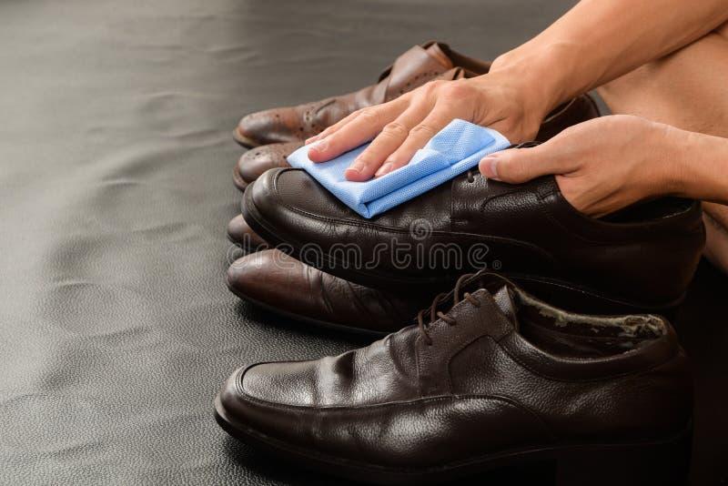 Close up do homem que limpa suas sapatas de couro foto de stock royalty free